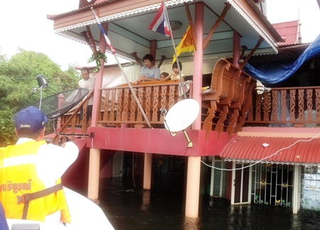 Sawang Boriboon workers rescue people from the rooftops in Ayuthaya.