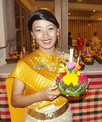 A young Nang Noppamas prepares to loy her krathong at Pullman Pattaya Aisawan Resort.