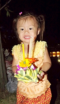 A future Nang Noppamas contestant prepares to loy her krathong at the Pattaya Floating Market.