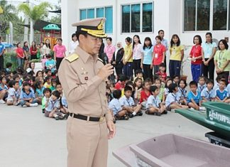 General Chainarong Jareonrak speaks about his appreciation to all who took part in the giving.