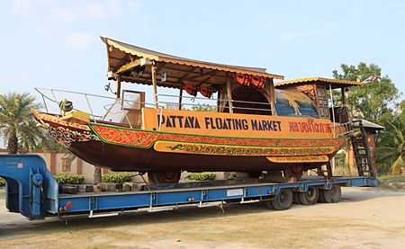 The Pattaya Floating Market has donated their Chinese junk cum amphibious vehicle to rescue workers dealing with flooding in Bangkok.