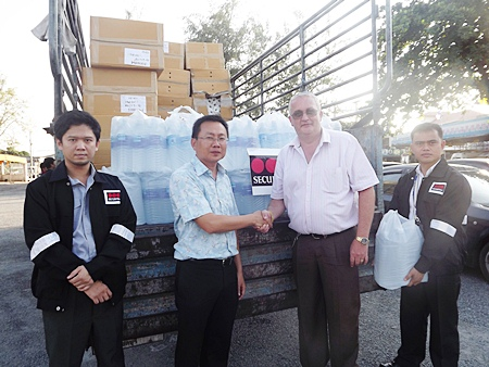 Securitas country manager, Steve Graham (2nd right) presents water and supplies to Sawang Boriboon Vice President Sinchai Wattanasartsathorn (2nd left).