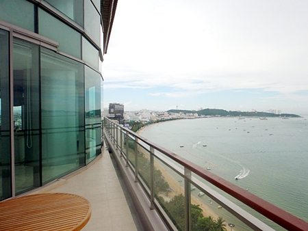 The unit offers unmatched views over Pattaya Bay and the surrounding islands.