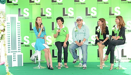 An interviewer (left) chats with Nuanjahn Leuangsuwan (2nd left), Kritchai Siripol (3rd left), and Nuanjahn's twin daughters Angsaweer Luengsuwan and Rudee Jongpuu at the media event held November 19 to announce the launch of LS Condo Town.