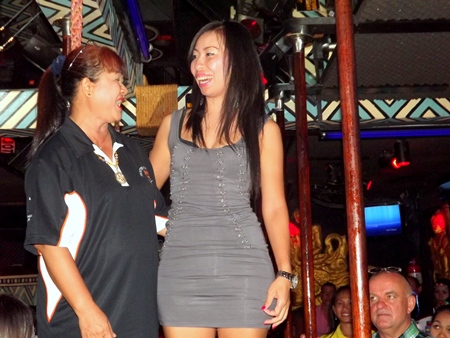 Ladies winner Yui Bietry (right) on stage with Mommasan Ead.