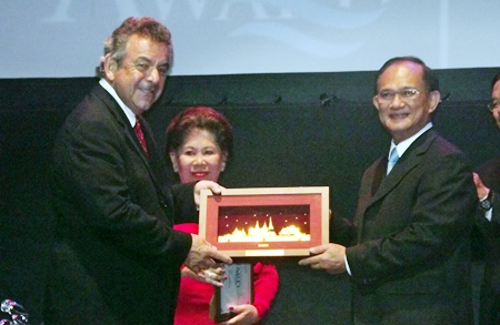 Golfing great Tony Jacklin (left) receives a welcoming gift from Suraphon Svetasreni, Governor of the Tourism Authority of Thailand.