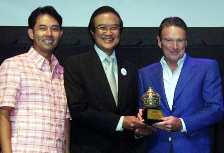 American tennis legend Jimmy Connors (right) receives an Asia Pacific Excellence in Sports Award from Akapol Sorasuchart, President of the Thailand Exhibition and Conference Bureau, as Pattaya Mayor Ittiphol Khunplome looks on.