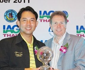 Pattaya City Mayor Itthiphol Kunplome (left) accepts the award from Peter Walton, CEO of the International Association of Golf Tour Operators.