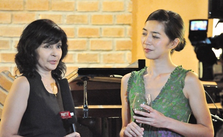 Su K (left) talks to violists Yukiko Ogura.