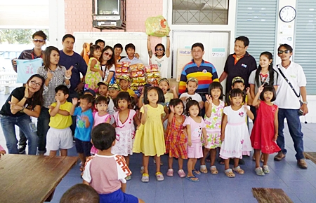 Amporn Saengkaew, president of the Pattaya Press Club along with members of the Pattaya press visited the children of the Rangsit Babies Home who are housed at the Her Royal Highness Princess Maha Chakri Sirindhorn Vocational School due to flooding in their home. The kids were treated to a tasty lunch whilst the adults donated a washing machine and other necessary items for their use to their caretaker Phinya Jumroonsan.