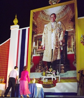 Elfi Seitz (right) from Pattaya Blatt and Kamolthep Malhotra (left), representing Pattaya Mail Media Group, symbolically present Pumngern (silver) and Pumthong (gold) ornaments to HM the King.