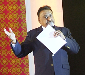 Pratheep 'Peter' Malhotra, managing director of Pattaya Mail Media Group, emcees the English language part of the evening.