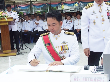 Mayor Itthiphol Kunplome signs his name to the wish book for HM the King's birthday.