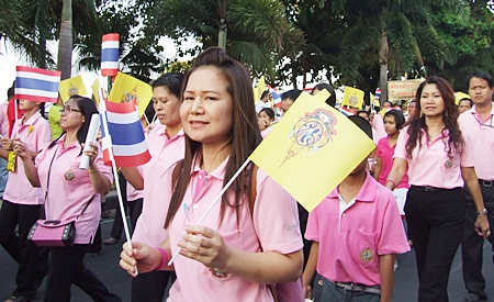 Thousands of Pattaya citizens wear pink in honor of HM the King's birthday.