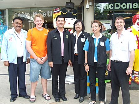 Mayor Ithipol Kunplome (3rd left) flanked by PDG Pratheep Malhotra, an exchange student, YE Chair Onanong Siripornmanut, PP Maria Suvathana and Nigel Quennell during the show at Central Festival.