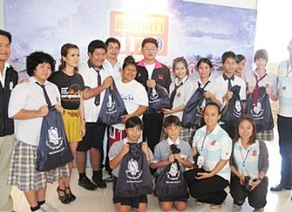 Satit students and staff present the donations to Sorrayut Sutatsanajinda, Pitohayatan Janput (Nong Bright) and comedian Jaraenpon Onlamai (Gho-tee).