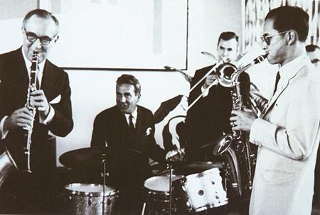 The King of Swing, H.M. King Bhumibol Adulyadej, Benny Goodman and friends at an impromptu jazz session, Manhattan 1960.