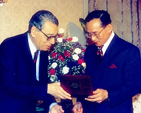 H.E. Boutros Boutros-Ghali presents a gift to H.M. the King, Chitralada Palace, 10 Apri 1993