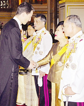 His Majesty the King looks on as Prince Alois of Liechteinstein greets HM Queen Sirikit at the Ananda Samakhom Throne Hall in Bangkok Monday, June 12, 2006.