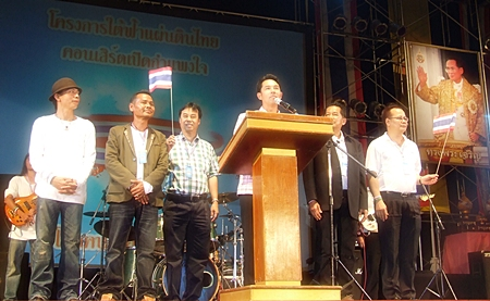 Mayor Itthiphol Kunplome, Chalerm Petthong, and Long Longlai preside over the opening of the concert.