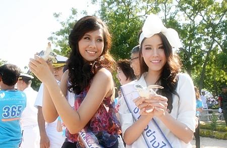 Among those freeing turtles were Miss Thailand Universe Chansorn Sakornjan and runner-up Khwankwin Thumrongrathseth.