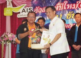 EMTA President Phadungsak Tontraworasit (left) accepts a bouquet from Chonburi Deputy Gov. Pongsak Preechawit at the annual party.