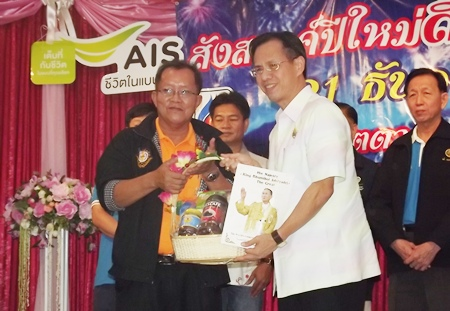 EMTA President Phadungsak Tontraworasit (left) accepts a bouquet from Chonburi Deputy Gov. Pongsak Preechawit at the annual party.