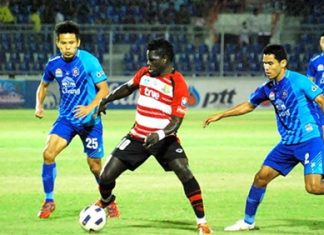 Pattaya United's O.J. Obatola (10) is surrounded by Chonburi FC defenders during the second half of their Thai Premier League match in Chonburi, Sunday, Dec. 11. (Photo/Ariyawat Nuamsawat)