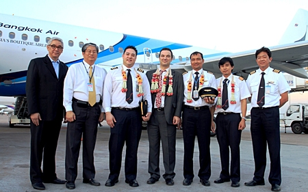Prote Setsuwan (left), vice president of marketing, Ping Na Thalang (2nd left), vice president for information systems, Christophe Clarence (4th left), senior vice president of maintenance & engineering and Capt. Saravoot Thonglek (right), assistant vice president flight operations.
