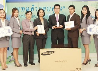 """Dr. Pichit Kangwolkij, Director and Dr. Supakorn Winnawan, Deputy Director of the Bangkok Hospital Pattaya recently presented prizes to the lucky winners who bought the """"Be Healthy 2012"""" check-up packages, including one lucky fan of the hospital's Sabaidee Tee Facebook page."""