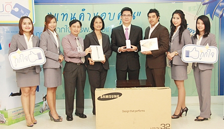 "Dr. Pichit Kangwolkij, Director and Dr. Supakorn Winnawan, Deputy Director of the Bangkok Hospital Pattaya recently presented prizes to the lucky winners who bought the ""Be Healthy 2012"" check-up packages, including one lucky fan of the hospital's Sabaidee Tee Facebook page."