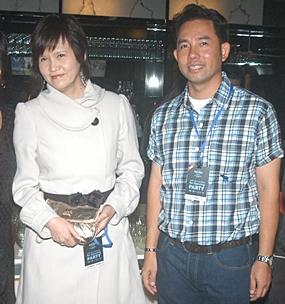 Bundarik Kusolvit, president of the Thai Hotels Association - Eastern Chapter has her picture taken with Mayor Itthiphol.
