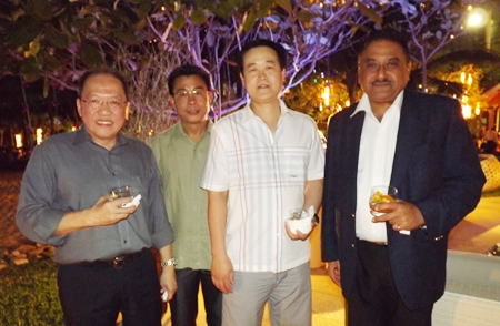 Chatchawal Supachayanont (Dusit Thani), Thomas Koh (Garden Cliff Resort), Somkhit Tonsaiphet (The Zign) and Peter Malhotra (Pattaya Mail) enjoy cocktails before dinner.