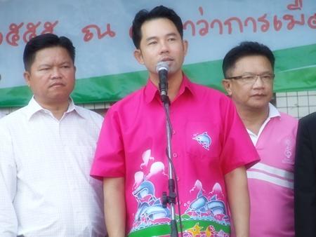 Mayor Itthiphol Kunplome recites the Prime Minister's Children's Day message.