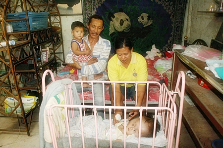 Nathakorn's parents Pradit Ootun and Phanida Sae-Chua are too poor to pay hospital bills, so they try to tend to him with over-the-counter medication and home remedies.