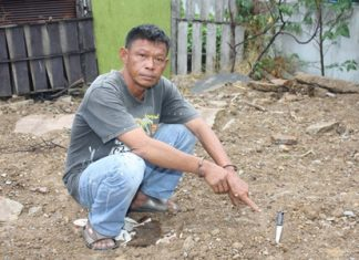 Suthad Supharit points to the knife he used to rob a 74-year-old woman of 60 baht and a gold necklace.