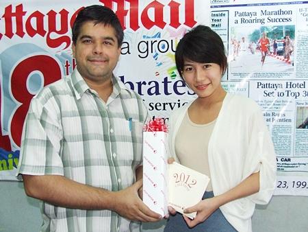 Suwanthep Malhotra, deputy managing director, receives a gift from Chitima Wattanacheep, Fuji Xerox Thailand Co. Ltd.