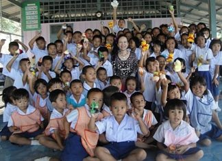 Achana Snitwongse Na Ayudhaya, the benevolent MD of the Montien Hotel, Pattaya travelled to Chantaburi province recently to visit the Baan Koh Pert School where she hosted lunch and donated stationery to the school children.