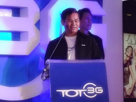 TOT Managing Director Prasong Praneetpolkrang announces the launch of the 3G data service in Pattaya.