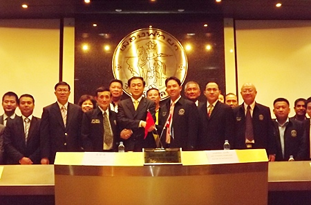 Qingdao Tourism officials sign a tourism-cooperation agreement with Pattaya City Hall officials.