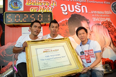 (L to R) Thanakorn Siththiemthong and Nonthawat Charoenkasetsin pose with their plaque presented to them by Somporn Naksuetrong, general manager of Royal Garden Plaza.