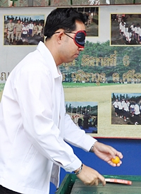 Mayor Itthiphol learns that playing without sight is not easy.