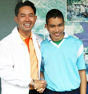 Mayor Itthiphol shakes hands with his ping-pong rival.