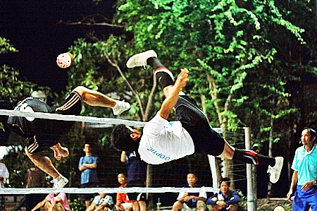 Exciting action from the takraw final between Pa Wang and Chok Uthaen team 1.