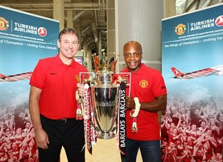 Bryan Robson and Paul Parker pose with the trophy at Suvarnabhumi Airport.