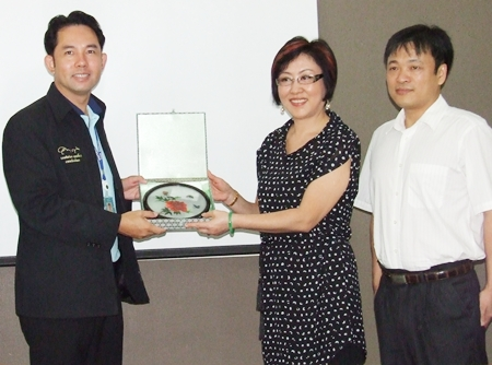 Mayor Itthiphol Kunplome (left) receives a gift of friendship from Sophit Phisalsa Kulruk, representing Zou Jun (right) Deputy General Manager South East Asia Branch, Chief Representative Philippine Market of China Gezhouba Group International Engineering Co., Ltd. during their official visit to City Hall recently.