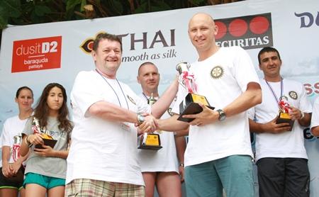 Graham Hunt-Crowley presents the Men's Champion Trophy (3.5 km) to Nic Wilson.
