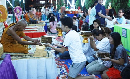 Faithful Buddhist make merit at Wat Satawat