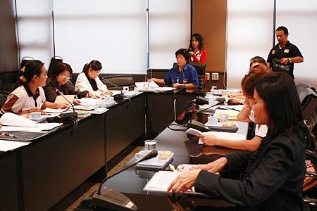 Social Welfare Department Director Pannee Limcharoen (center) presides over the meeting.