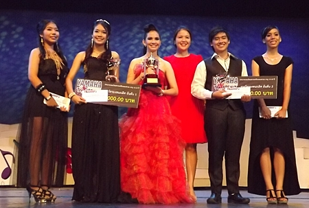 Darin Phanthusak (3rd right), director of Siam Kolakarn School, Pattaya, presents the championship trophy to the winners and runners-up of the Thai / International music category, age 13-18.